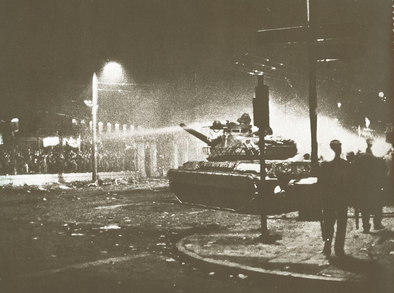 17-Νοέμβρη-1973-εισβολή-του-τανκ-της-χούντας-στο-Πολυτεχνείο